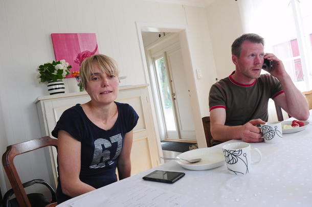 Travelt par: Aud Mari Folden og Bent Ingar Fuglu jobber begge som heltidsgårdbrukere. Døgnet skulle gjerne hatt flere timer for de to, og mobiltelefonene ringer kontinuerlig under intervjuet.