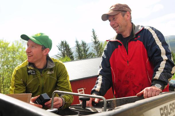 FAR OG SØNN: Ola Morten og faren Lars Græsli jobber med hver sin ting på gården i Tydal. Ola Morten er først og fremst melkebonde, mens Lars er den som tar seg av Inn på tunet-driften.
