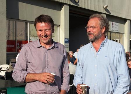 Fylkesmann Lars Sponheim hadde møtt opp på grillfesten, og fekk ein prat med Lars Petter
