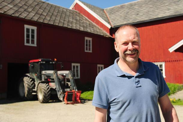 Vurderer å investere: Melkebonde Olav Vasseljen sier han snart må investere i nytt fjøs om driften skal fortsette på gården. Men skal han investere åtte millioner eller mer, må han produsere noen liter melk for å få betalt ned gjelda.