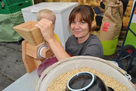 Aina Reitan fra Flå Bondelag hjelper til med kornkverna i 2014