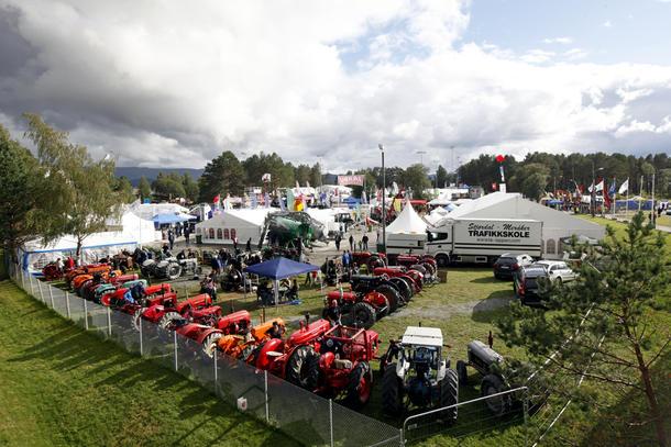 Ikke bare nye traktorer og redskaper, men også mange veterantraktorer er samlet på Agrisjå.