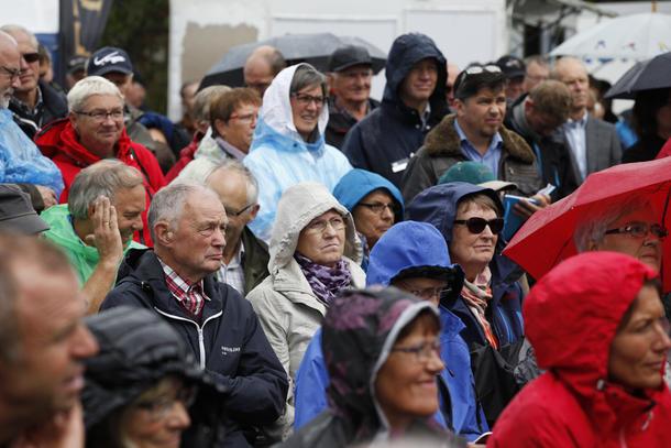 Tross regnvær under debatten, var det fullt av interesserte tilhørere foran scenen.