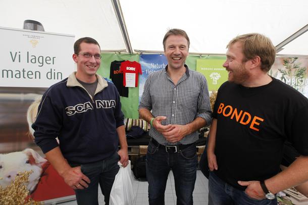 Bondelagsleder Lars Petter Bartnes var innom Bondelaget stand, hvor han slo av en prat med Anton Lund fra Verdal (til venstre) og Trond Hodne fra Hegra.