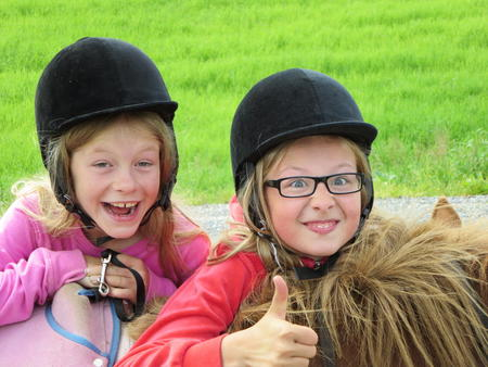 Adelina og Emelie Storrø Foto BJS