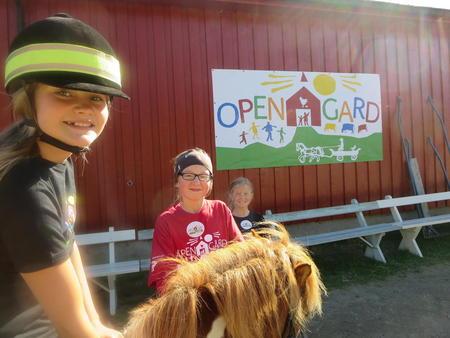 Siri Emelie Sandra ponnyridning Åpen Gård Budalen 2014 Foto STB ved BJS
