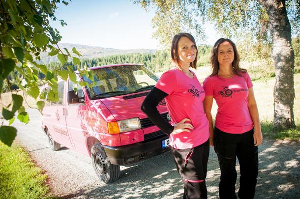 GLEDER SEG: Søstrene Thrine Bye Heggum og Ine Bye Rossetnes utgjør Traktorpikene. I løpet av neste år skal de starte salget av sine egendesignede arbeidsdresser.