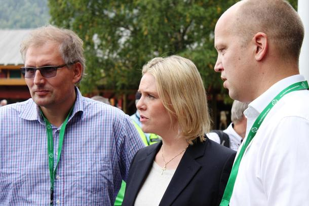 Etter at debatten var over på scenen på Dyrsku-plassen, heldt ordskiftet fram mellom to tidlegare landbruksministrar og den sitjande ministeren. Terje Riis-Johansen, Sylvi Listhaug og Trygve Slagsvold Vedum.