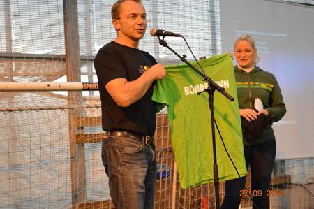 Anders Eggen deler ut bondevenn-t-skjorte