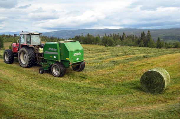 Regjeringen skal utrede en modell for formueskatt der traktorer og andre driftsmidler ikke beskattes.