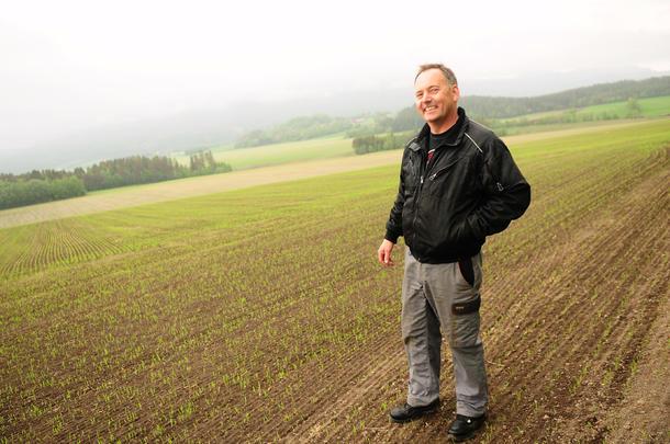 SPIRER OG GROR: Kornbonde Tormod Hoem (48) har 950 mål med bygg på Byneset utenfor Trondheim. Interessen for korn har han hatt siden han var liten, og det var aldri noen tvil om at han skulle overta familiegården.