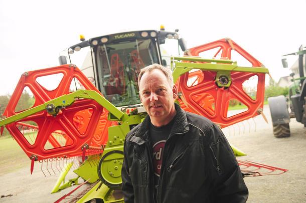 EGEN TRESKER: I fjor høst kjøpte Tormod Hoem (48) seg en brukt tresker. Årets avling skal for første gang høstes inn uten innleid hjelp.