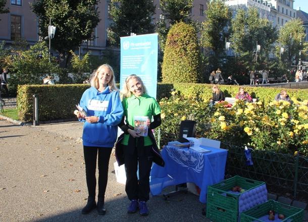 FN-Sambandet hadde egen stand, og elever fra Stend vgs hjalp til med å dele ut epler og program