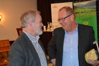 Einar Frogner (t.v.) i samtale med Pål Farstad