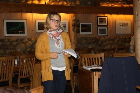 Lena Mikkelsen fremfører bondelagets budskap til deltagerne på årsmøte i Saltdal Bondelag.