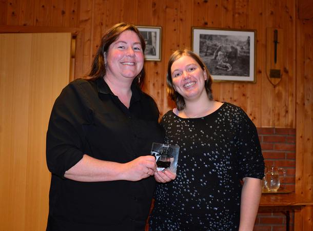 TAKK: Gro W. Brørs takket for laget i styret, fikk «kufat» av leder Anette Liseter.