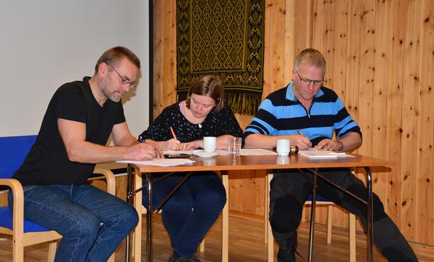 HER STEMMES: Geir Kristiansen, Anette Liseter og Bjørn Dag Derås avgir sine stemmer.