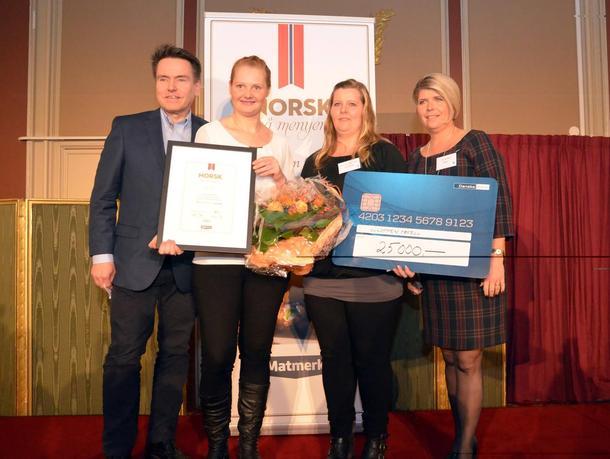 Gloppen Hotell fikk prisen Norsk på menyen på Matmerks Fagdag torsdag. Her er kjøkkensjef Bodil F. Eikrem og hotellsjef Therese Kirkhorn flankert av jurymedlemmene Per Arne Tuftin og Nina Sundqvist. Foto: Matmerk.