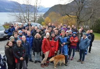 70 tillitsvalgte fra lokallagene og fylkeslaget, gjester og innledere deltok på ledermøtet. Her fra tunet på Skarbø med Geirangerfjorden i bakgrunnen. (Alle foto: Arild Erlien).