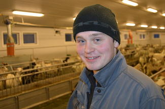 22 år gamle Claus Oskar Teigen har 240 mjølkegeiter i fjøset, og står klar til å overta gardsdrifta.