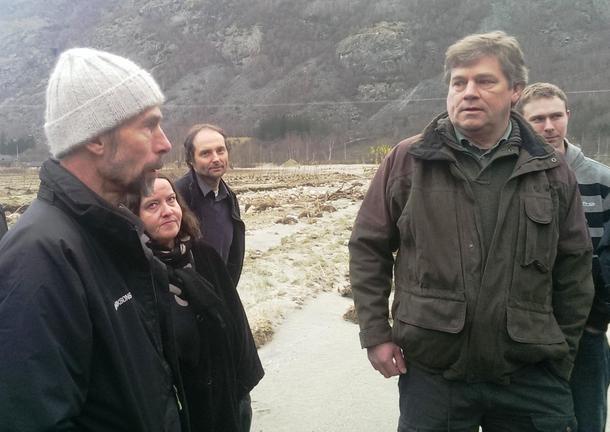 Arne Slogvik og Rikard Lysne er frukt- og grønnsaksbønder i Lærdal. I dag viste dei fram øydeleggingane etter flaumen.