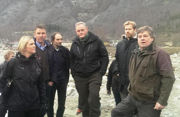 Sylvi Listhaug, Lars Petter Bartnes og Per Hilleren på synfaring i Lærdal. Her viser fruktbonde Rikard Lysne dei rundt.
