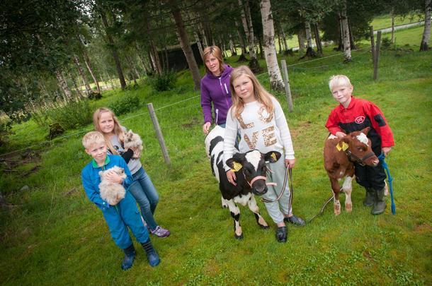 GÅRDSBESØK: Barna på nabogården, Kaja og Espen (helt til venstre), har tatt turen til gården til Kine, Simen og Nina. Her står de sammen med kalvene Trine og Ida Kassandra samt to kaniner.
