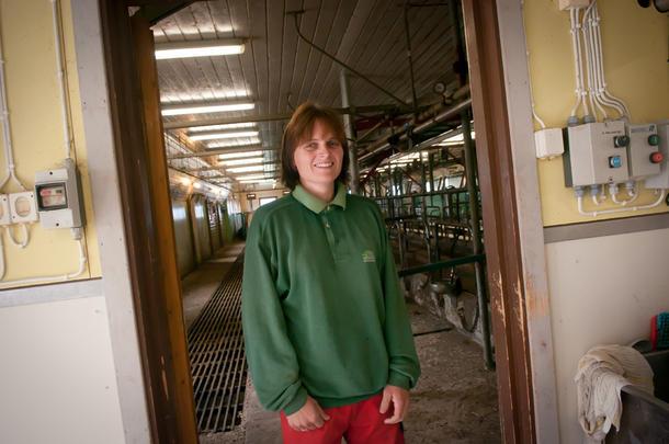 TRIVES: Gårdbruker Nina Høyem i Leirådal i Verdal er glad i jobben og kyrne på familiegården de overtok for åtte år siden.