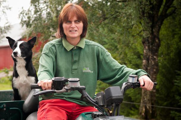 KOMPISER PÅ TUR: Nina Høyem har selskap selv når hun tar firehjulingen...