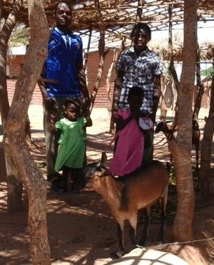 Familien sammen med de nye geitene.