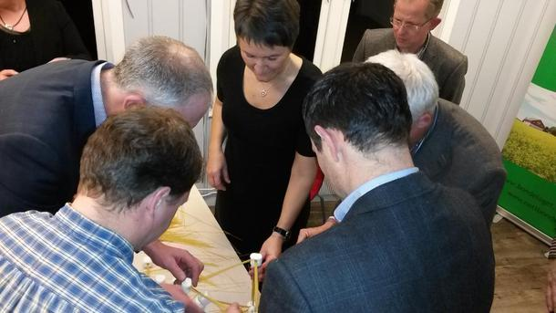 Lagarbeid på leiarmøtet i Østfold. Tårnbygging på programmet.