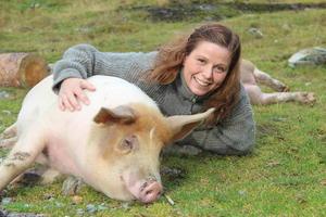 Marianne Kvalvik Kvamme og ein nøgd gris