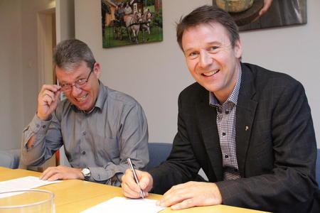 Jan Tjosås og Lars Petter Bartnes undertegner ny samarbeidsavtale mellom Hanen og Norges Bondelag.