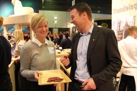 Bondelagsleder Lars Petter Bartnes fikk smake på spekepølse fra Inderøy.