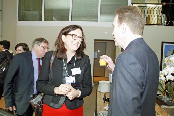 Utanriksminister Børge Brende i samtale med EUs handelskommissær  Cecilia Malmstrøm under ministermøtet i WTO i Davos. Foto: Rune Bjåstad, UD
