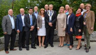 Fylkesutvalet i Møre og Romsdal består av frå venstre: Torleiv Rogne (Sml), Oddbjørn Vatne (Sp), Frank Sve (Frp), Torgeir Dahl (H), fylkesvaraordførar Gunn Berit Gjerde (V), Iver Nordseth (V), fylkesordførar Jon Aasen (Ap), Toril Melheim Strand (Ap), Margareth Hoff Berg (Frp), Anne Dyb Liaaen (H), Toril Røsand (H), Steinar Reiten (KrF) og Randi Asbjørnsen (Sml). (Foto: M&R fylkeskommune).