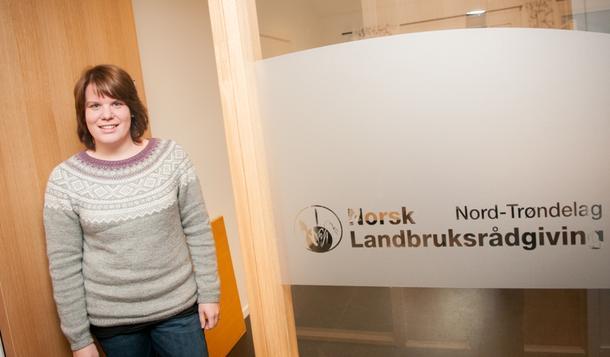 TRIVES PÅ SNÅSA: Marita Holte er egentlig fra Soknedal, men flyttet til Snåsa i 2012 da hun fikk jobb som rådgiver i NLR.