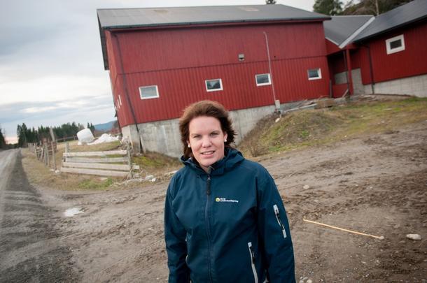 GIR RÅD: Marita Holte (26) er ofte på farten for å gi råd til gårdbrukere i Nord-Trøndelag. Her er hun fotografert ved gården til svigerforeldrene på Snåsa som hun og samboeren med tiden skal ta over.