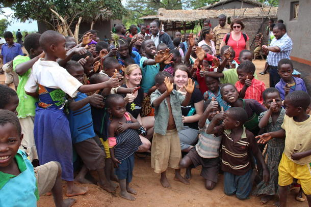 Mathilde og Inger Martha omringet av ivrige barn i landsbyen Chipuka i Ntchisi-området i Malawi.