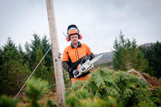 TRIVES UTE: Stian Aakre (25) driver sitt eget enkeltpersonforetak, Aakre naturbrukstjenester, på fjerde året. En av de største kundene er energiselskapet NTE. Her er er han avbildet under arbeid på øya Leka.