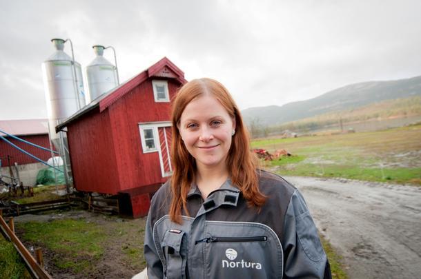 AKTIV: Anne Lise Haugdahl Humstad (24) gir råd til gårdbrukere, klipper sauer og tar utdanning innen plantelære. Snart tar hun også over hjemgården Humstad gård i Åfjord.
