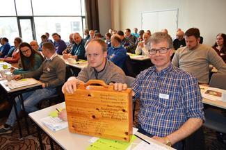 Nestleder Stig Brøste (t.v.) og leder Anders Øverbø i Rauma Bondelag med trekofferten (Foto: Arild Erlien).