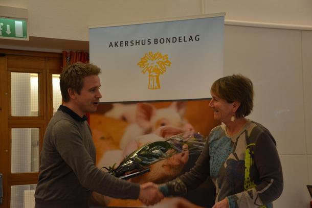 Amund Dønnum, leiar i Eidsvoll Landbruksforening mottar gratulasjonar frå Akershus Bondelag v/styremedlem Anne-Kristin Rolstad.