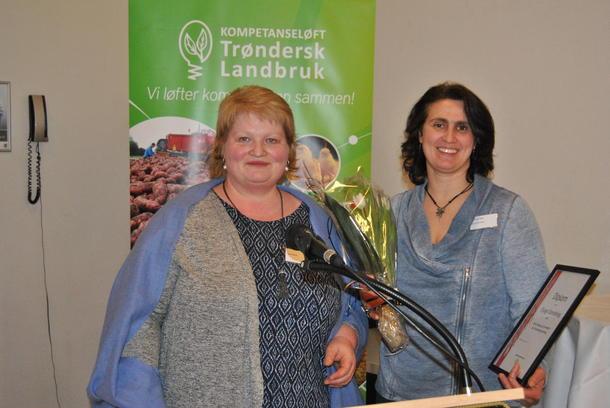 Ein stolt og glad lokallagsleiar, Laila Iren Veie, tar i mot prisen som årets lokallag på vegne av Bjugn Bondelag.