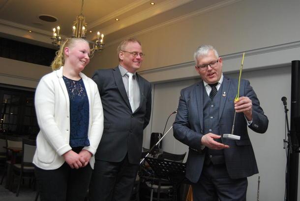 Guri Grimsgård og Geir Lohn i Alvdal Bondelag mottar prisen for årets lokallag av Einar Myki.