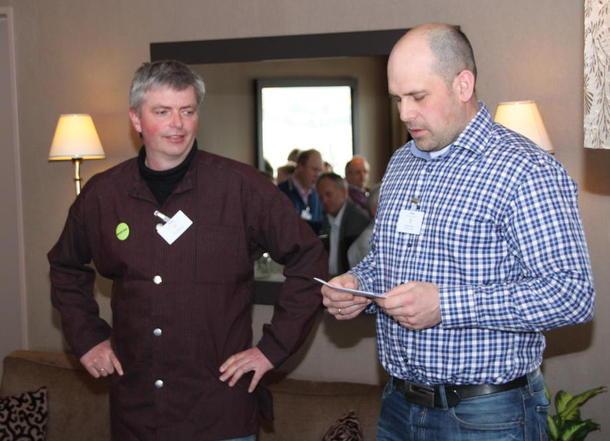 Fylkesleiar Egil Chr Hoen deler ut prisen for årets lokallag til  Håkon Haug Laa i Ål Bondelag.