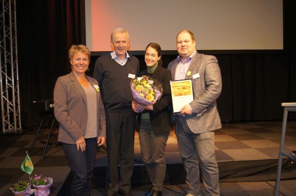 Nestleiar i Vestfold Bondelag, Harald Lie overrekte prisen til representantane frå Tjølling Bondelag, lokallagsleiar Karine Huseby og styremedlem Bjarne Saga. Til venstre organisasjonssjef Elin Røed.