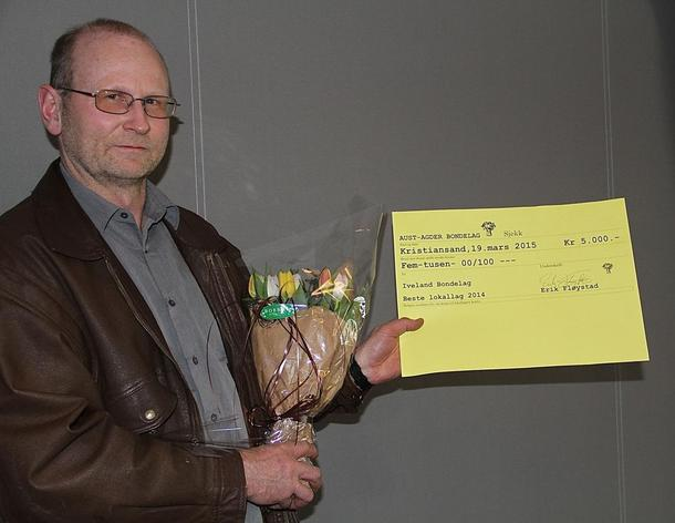 Lokallagsleiar i Iveland Bondelag, John Øina, tok i mot heidersteiknet for beste lokallag i Aust-Agder i 2014. Sirdal Bondelag vart kåra til beste lokallag i Vest-Agder.
