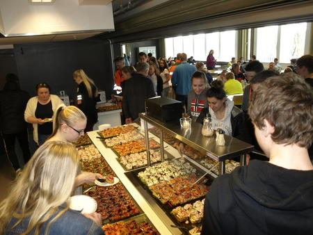 elever forsyner seg med mat