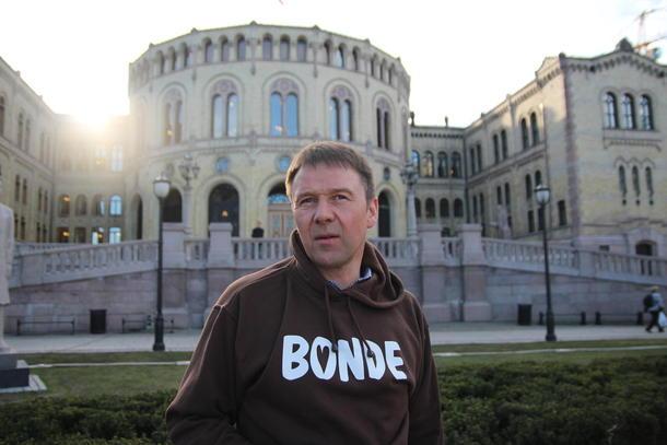 Leiar i Norges Bondelag, Lars Petter Bartnes framom Stortinget. Tysdag skal jordbruksavtalen Norges Bondelag og staten har inngått, opp til behandling i Stortinget.